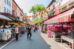 SINGAPORE - JUNI 20: Livlig gata av kineskvarterområdet på J Arkivfoto