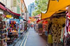 SINGAPORE - JUNI 20: Livlig gata av kineskvarterområdet på J Arkivbild