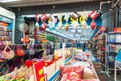 SINGAPORE - JUNI 20: Livlig gata av kineskvarterområdet på J Arkivfoton