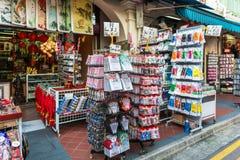 SINGAPORE - JUNI 20: Livlig gata av kineskvarteromr Royaltyfri Fotografi