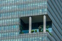 Singapore - Juni 10, 2018: Skyskrapa i exponeringsglas med en lilla gard Royaltyfria Foton