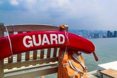 Singapore - 2011: Livräddarestolpe på pölen av Marina Bay Sands royaltyfria foton