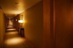 SINGAPORE - 23 luglio 2016: corridoio dell'albergo di lusso con illuminazione interna e bella moderna Fotografia Stock Libera da Diritti
