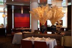 SINGAPORE - 23 luglio 2016: Interno del ristorante di cantonese o di cinese, parte di un albergo di lusso cinque stelle a Marina  Fotografia Stock Libera da Diritti