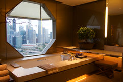 SINGAPORE - 23 luglio 2016: stanza di albergo di lusso con l'interno moderno, bello grande marmo del bagno Immagini Stock Libere da Diritti