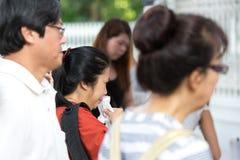 SINGAPORE - MAART 23: Een vrouw schreeuwt stil aangezien zij haar laatste eerbied aan de recente ex eerste minister van Singapore Royalty-vrije Stock Foto