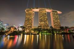 SINGAPORE - MAART 27: Nachtmening van Supertree-Bosje bij Tuinen B royalty-vrije stock foto