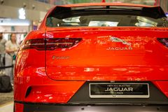 Singapore Maart 2019 Oranje Jaguar-I-Tempo alle elektrisch SUV achterlichten boomstamdeur en achtercamera onder bumper Achter men stock foto