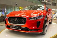 Singapore Maart 2019 Oranje Jaguar-I-Tempo alle elektrisch SUV Front View Standed in luchthaven Auto's van de Toekomst stock afbeeldingen