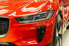 Singapore Maart 2019 Oranje Jaguar-I-Tempo alle elektrisch SUV Het vooraanzicht, leidde koplampen en grill, kap en bumper koolsto royalty-vrije stock afbeeldingen