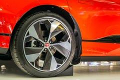 Singapore Maart 2019 Oranje Jaguar-I-Tempo alle elektrisch SUV Zachte nadruk Koolstofwielen R22 met Pirelli P nul 255/40 banden I stock afbeeldingen