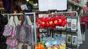 Singapore Singapore - Maj 9, 2018: Folket besöker en populär shoppinggata i chinatown i Singapore lager videofilmer