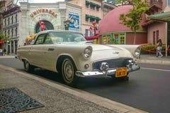Singapore - Maj 25, 2019: Ford thunderbird 1957 i vit färg som parkeras på gatan Höger sikt för främre sida royaltyfri foto
