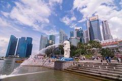SINGAPORE SINGAPORE - 31 MAJ 2014: Merlionen och Singapore c Arkivfoton
