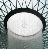 Singapore Singapore - Maj 1, 2019 - regnvirveln, en inomhus vattenfall som 40m-tall in lokaliseras inom den juvelChangi flygplats royaltyfria bilder