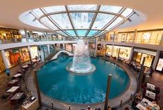 SINGAPORE - MAJ 01, 2018: Shoppinggalleria på Marina Bay Sands Resor royaltyfri bild
