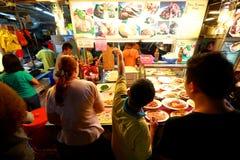 Singapore: Makansutra frossarefjärd arkivbild