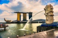 Merlion喷泉和小游艇船坞海湾沙子,新加坡。 图库摄影