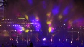 SINGAPORE-MARCH 5, 2019: Ljus- och vattenshow på Marina Bay Sands på nattetid