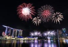 Singapore Marina Bay horisont med fyrverkerier arkivbilder