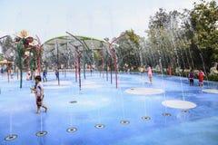 SINGAPORE - MARS 29: Barn som är trädgårds- på trädgårdar vid fjärden i Singapore på MARS 29, 2014 Royaltyfria Bilder