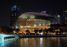 SINGAPORE - MARS 26, 2016: Härlig gränsmärke av promenadteatern som mousserar på natten royaltyfri fotografi