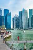 SINGAPORE - MARS 20: Kontoret står högt på Marina Bay, det Singapore tagandet arkivbilder