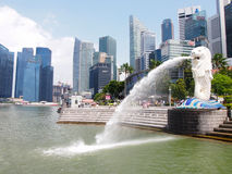 SINGAPORE - MAY 31, 2015: The Merlion fountain and Singapore skyline Royalty Free Stock Photo