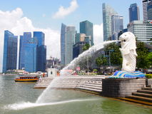 SINGAPORE - MAY 31, 2015: The Merlion fountain and Singapore skyline Stock Image