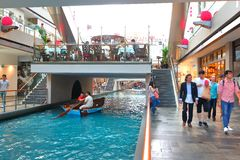Singapore : MBS. Tourist and locals taking a sampan ride (boat ride) at the canal within MBS Stock Photo