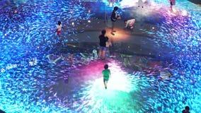 Singapore, 26 Mei 2018 Ervaring van de het grote scherm de vergrote werkelijkheid op de vloer Digitaal Licht Canvas in Marina Bay stock videobeelden
