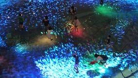 Singapore, 26 Mei 2018 Ervaring van de het grote scherm de vergrote werkelijkheid op de vloer Digitaal Licht Canvas in Marina Bay stock video