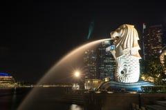 Singapore Merlion durante la notte Immagine Stock