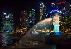 Singapore Merlion efter solnedgång Fotografering för Bildbyråer
