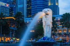 Singapore Merlion efter solnedgång Royaltyfri Bild