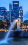 Singapore Merlion efter solnedgång Royaltyfria Foton