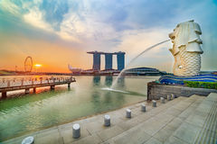SINGAPORE MERLION OP ZONSOPGANG Stock Foto