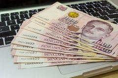 Singapore mille dollari di note di valuta sul computer Immagini Stock Libere da Diritti