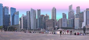 Singapore moderna abstrakta arkitektur och scyscrapers mot molnig himmel Fotografering för Bildbyråer