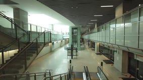 Singapore MRT CIRCA mars 2012: Pendlare på rulltrappor lager videofilmer