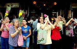 Singapore: Mulheres que Praying no templo chinês Fotografia de Stock Royalty Free