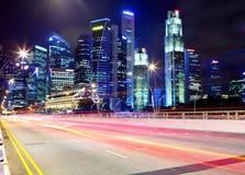 Singapore na noite com estrada do tráfego Imagens de Stock