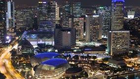 Singapore nattcityscape med teaterTime-schackningsperiod Panna upp stock video