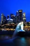 Singapore nattCityscape Merlion på den blåa timmen Royaltyfri Bild