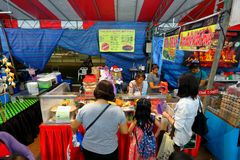 Singapore: Nattmarknad Pasar Malam Royaltyfri Bild