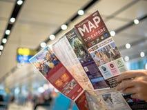 Singapore - 22 Nov., 2018: De mens houdt een kaart van Singapore in Changi Luchthaven, Singapore stock afbeelding