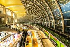 SINGAPORE - NOVEMBER 24, 2016: Shoppinggallerian på Marina Bay S Royaltyfri Bild