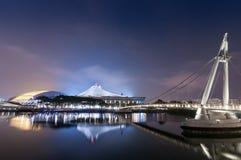 Singapore nya nationella stadion som är upplyst på natten arkivfoto