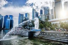 SINGAPORE-OCT 28 :Merlion喷泉和小游艇船坞海湾沙子 免版税库存照片