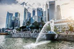 SINGAPORE-OCT 28 :Merlion喷泉和小游艇船坞海湾沙子 库存图片